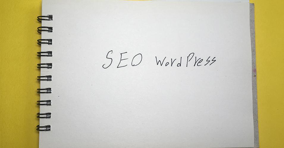 یه دفترچه که روش نوشته شده سئو وردپرس با یه بک گرند زرد رنگ